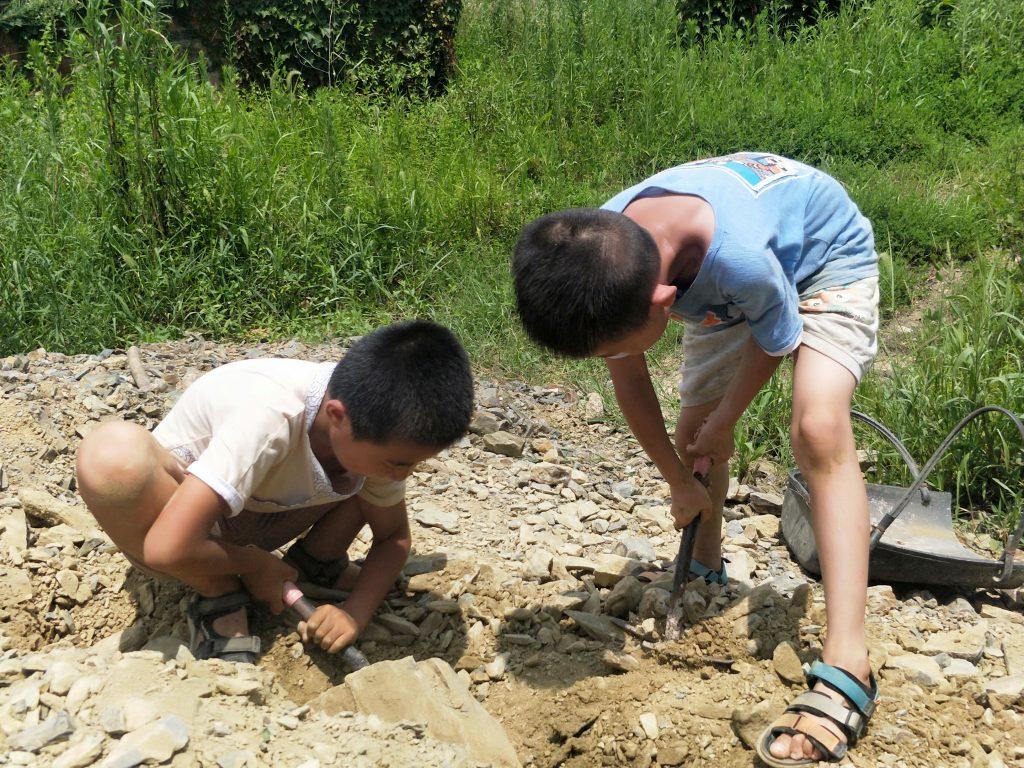 山水之间夏令营小男孩在玩泥巴